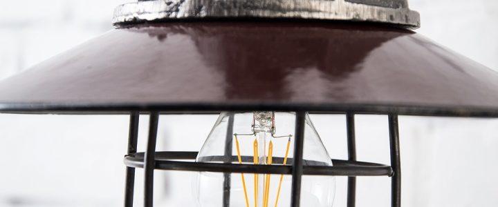 Een stoer interieur met een echte industriele lamp
